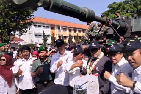Sejumlah karyawan Pindad menyambut kedatangan medium tank di kawasan industri PT Pindad. (Sindonews) 1