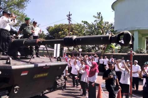 Sejumlah karyawan Pindad menyambut kedatangan medium tank di kawasan industri PT Pindad. (Sindonews)