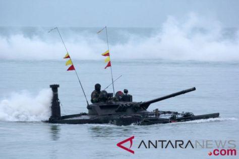 Sejumlah marinir menggunakan kendaraan tempur saat latihan pendaratan amfibi Koarmada I di Pantai Buntu, Dabo Singkep, Kepri, Kamis (02082018). (Antara)