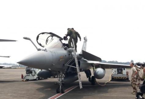 Seorang pilot memasuki pesawat jet tempur Prancis, Rafale, di Bandara Halim Perdanakusumah, Selasa 21 Agustus 2018. (Marcheilla Ariesta).