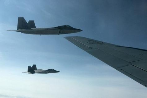 Simulasi dogfigt antara dua jet tempur F-22 Amerika Serikat dengan beberapa jet tempur F-35 Norwegia, 15 Agustus 2018. REUTERS