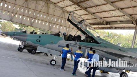 T50i Golden Eagle yang berada dipangkalan operasional Lanud Iswahjudi, Maospati, Magetan, meninggalkan shelter Skadron Udara 15. (1208)