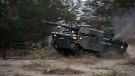 Uji Daya Gerak Medium Tank di Pantai Setrojenar. (I News) 1