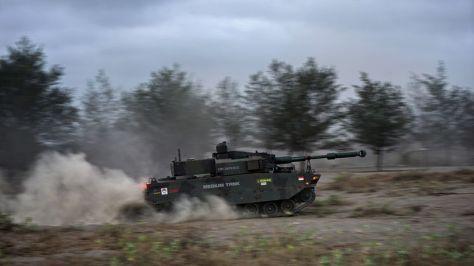 Uji Daya Gerak Medium Tank di Pantai Setrojenar. (I News)