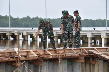Danlantamal XII Laksamana Pertama TNI Greg. Agung W.D., M. Tr (Han) bersama para Asisten Danlantamal XII, meninjau langsung proses pengerjaan pembangunan Mako Lantamal XII