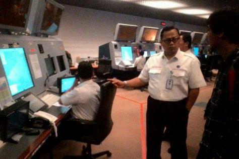 General Manager Makassar Air Traffic Service Center (MATSC), Novy Pantaryanto memperlihatkan ruang kontrol udara. (Kompas)