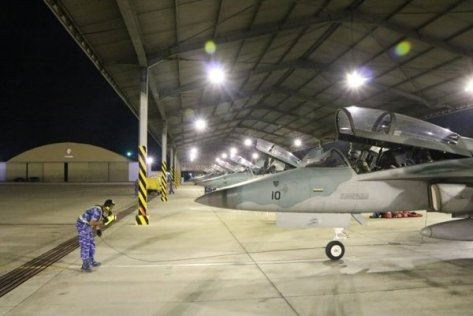 Ground crew memeriksa persiapan pesawat tempur sebelum take off pada latihan terbang malam, Senin (17092018). (Lanud Iswahjudi)