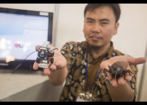 Hablul Barri menunjukkan inovasi teknologi robot kecoa intelijen senyap pada acara ITB CEO NET Technopreneurship Festival 2018