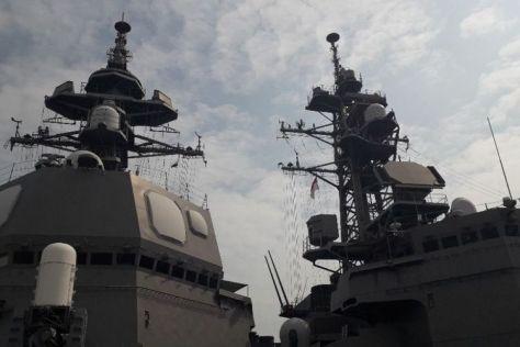 JS Suzutsuki bersebelahan dengan Kapal JS Inazuma di Pelabuhan Tanjung Priok. (Kompas)