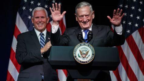 Menhan AS Jim Mattis (kanan) bersama Wapres Mike Pence saat mengumumkan rencana pembentukan US Space Force atau Pasukan Antariksa AS di Pentagon bulan lalu. (AP)