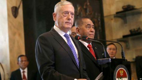 Menteri Pertahanan AS Jim Mattis dalam konferensi pers gabungan dengan Menteri Pertahanan Indonesia Ryamizard Ryacudu, kanan, setelah pertemuan di Jakarta, Selasa, 23 Januari 2018.