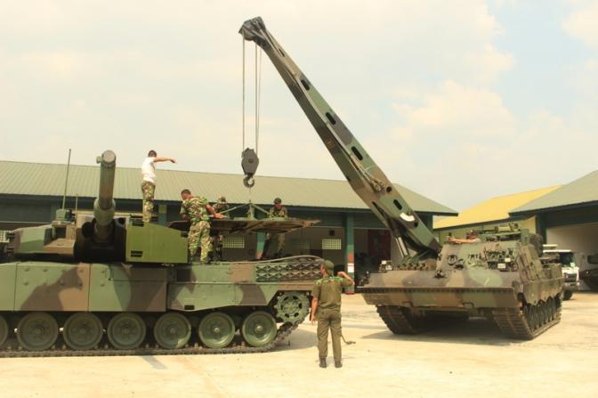 Pemeliharaan Leopard 2 RI oleh Personel Yonkav 1 Kostrad