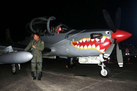 Penerbang pesawat tempur Super Tucano EMB-314 dari Skadron Udara 21 melakukan persiapan patroli udara dalam rangka Operasi Petir Salawaku 2018