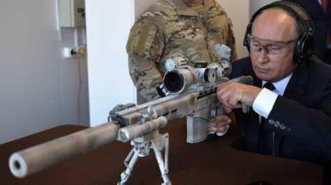 Putin menjajal produk Kalashnikov terbaru, senapan Chukacin SVCh-308 khusus untuk penembak jitu. (AFP) 1