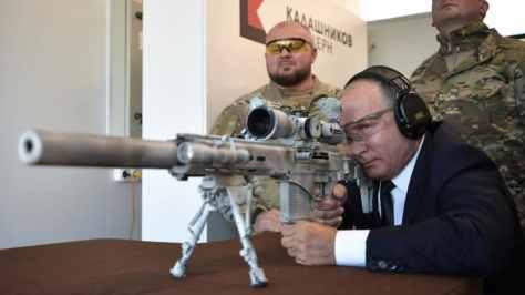 Putin menjajal produk Kalashnikov terbaru, senapan Chukacin SVCh-308 khusus untuk penembak jitu. (AFP) 2