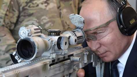 Putin menjajal produk Kalashnikov terbaru, senapan Chukacin SVCh-308 khusus untuk penembak jitu. (AFP)