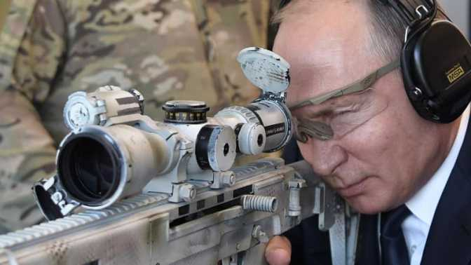Vladimir Putin Pamer Keahlian Menembak dengan Kalashnikov Terbaru