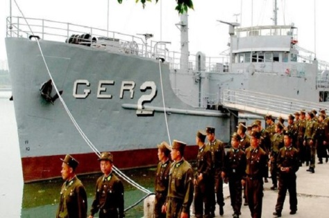 USS Pueblo, yang ditangkap pasukan Korea Utara tahun 1968 jadi tontonan tentara Korut. Foto ini dirilis pemerintah Korut 22 Juni 2006. KCNA