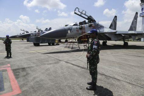 Anggota TNI AU berjaga di depan tiga jet tempur Sukhoi SU-27 dan SU-30 dari Skadron Udara 11 Lanud Sultan Hasanuddin di Bandara Hang Nadim Batam, Kepulauan Riau, Selasa (30102018). (Anta