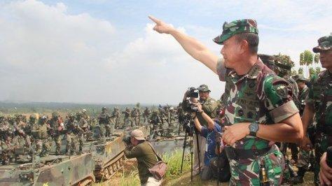 KASAD Jenderal TNI Mulyono menyaksikan Latihan Antar Kecabangan TNI AD tahun 2017 di Puslatpur Baturaja. (Tribunnews)