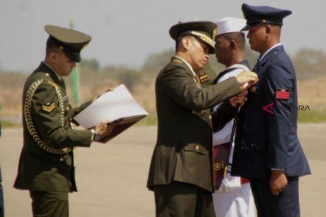 Komandan Korem 161 Wirasakti Kupang Brigjen TNI Teguh Muji Angkasa (tengah) memberikan tanda jasa kepada prajurit TNI yang telah mengabdi lama di institusi TNI di Lanud El Tari Kupang, J