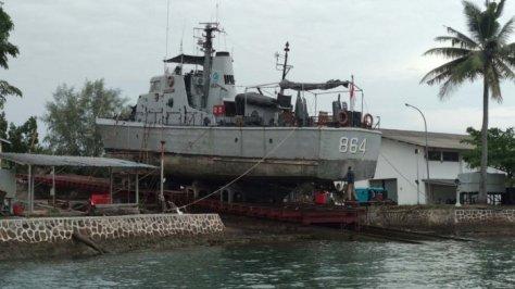 KRI Sigurot 864 andalan Lantamal IV Tanjungpinang mendapat perawatan Sandblasting. (Tribun Batam)