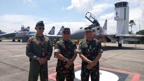 Letkol PNB Anton Pallaguna, Komandan Skadron Udara11 Pesawat Tempur Sukoi (kiri), Kolonel PNB M. Dadan Gunawan Komandan Lanud Raja Haji Fisabililah (tengah), dan Kolonel PNB Yosta Riza A