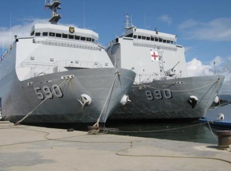 LPD KRI Makassar 590 bersama Kapal Rumah Sakit KRI Dr. Soeharso 990 (Eks LPD KRI Tanjung Dalpele)