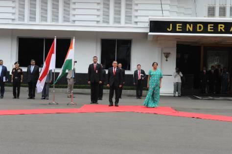 Menhan Ryamizard Ryacudu dan Menhan India Nirmala Shitaraman saat memberikan keterngan pers usai melakukan pertemuan bilateral di Kantor Kementerian Pertahanan