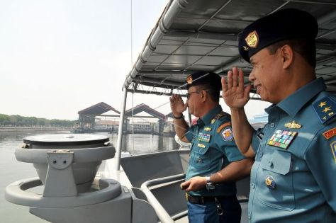 Panglima Koarmada II Laksda TNI Didik Setiyono (kedua kanan) didampingi penggantinya Laksda TNI Mintoro Yulianto