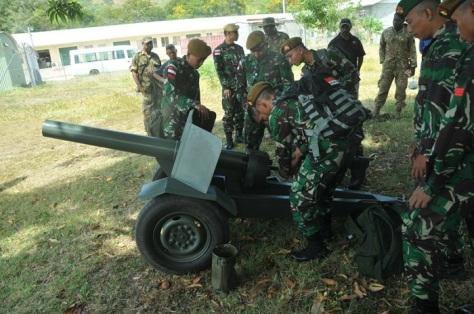 Personel TNI Periksa Senjata Meriam 75 mm Saluting Gun di Papua Nugini 1