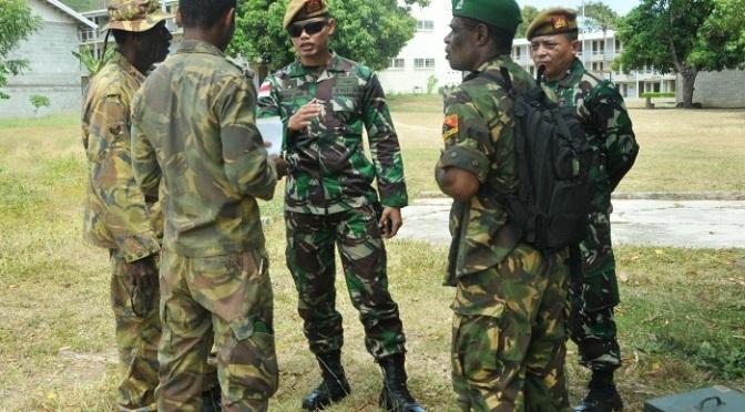 Personel TNI Periksa Senjata Meriam 75 mm Saluting Gun di Papua Nugini