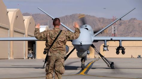 Petugas pandu memandu drone atau pesawat tanpa awak MQ-9 Reaper milik Angkatan Udara AS di Lapangan Udara Kandahar, Afghanistan, 9 Maret 2016.
