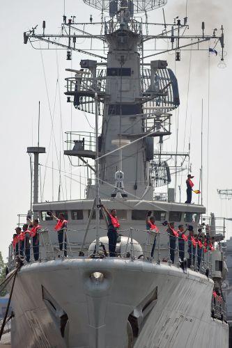 Sejumlah anak buah kapal (ABK) KRI Yos Sudarso-353 melakukan penghormatan