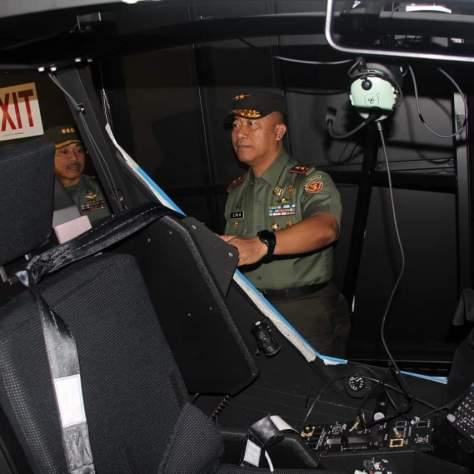 The Commander of the Indonesian Army Aviation Command (Puspenerbad) visited the AH-64E Apache Guardian Simulator at Pusdikpenerbad in Semarang. Photos by Pusdikpenerbad. (Keris) 1