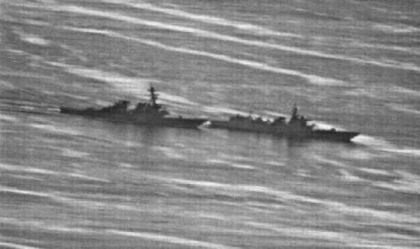 USS Decatur (kiri) berusaha menghindari tabrakan dengan kapal perang Cina di Laut Cina Selatan pada Ahad, 30 September 2018. GCCaptain.com via ABC News