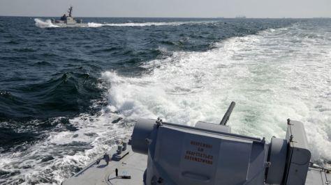 Foto yang dirilis oleh AL Ukraina tampak dua kapal Angkatan Laut Ukraina di dekat Krimea ketika terjadi insiden dengan AL Rusia, Minggu (25 11). (AP)