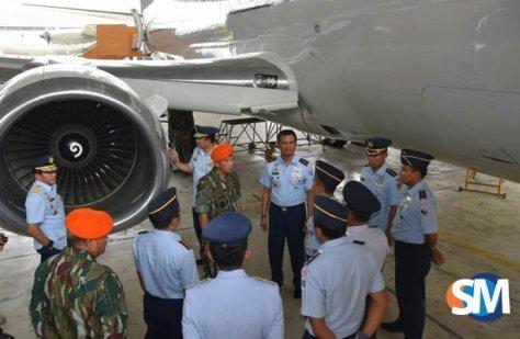 Kasau Marsekal TNI Yuyu Sutisna beserta rombongan mendengarkan penjelasan Dankoharmatau Marsda TNI Dento Priyono tentang Cek D. (SM)