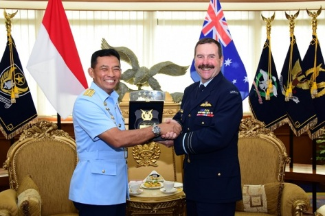 Kasau Marsekal TNI Yuyu Sutisna, SE, MM dengan Chief of Air Force RAAF Air Marshal Leo Davies, AO, CSC