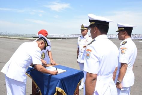 Pangkoarmada II Laksamana Muda TNI Mintoro Yulianto, S.Sos., M.Si., meresmikan Satuan Udara Koarmada II. (TNI AL)