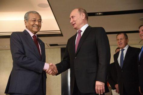 Perdana Menteri (PM) Malaysia, Mahathir Mohamad, bertemu dengan Presiden Rusia Vladimir dalam pertemuan ASEAN di Singapura. (Malay Mail)