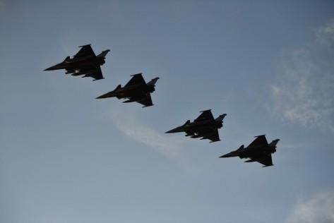 Pesawat Rafale yang diangkut Charles de Gaulle unjuk gigi di atasnya. Reuters