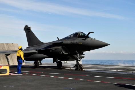 Pesawat Rafale yang juga buatan Prancis beraksi de deknya. Kapal Charles de Gaulle direnovasi dengan biaya 1,3 miliar euro atau di kisaran Rp 21 triliun. Reuters 1