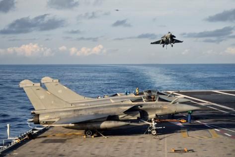 Pesawat Rafale yang juga buatan Prancis beraksi de deknya. Kapal Charles de Gaulle direnovasi dengan biaya 1,3 miliar euro atau di kisaran Rp 21 triliun. Reuters 3