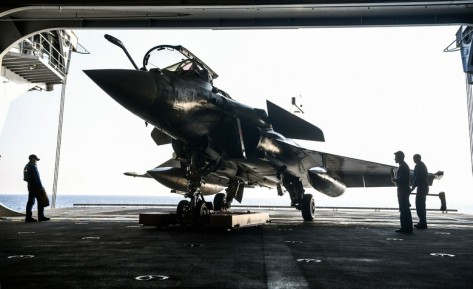 Pesawat Rafale yang juga buatan Prancis beraksi de deknya. Kapal Charles de Gaulle direnovasi dengan biaya 1,3 miliar euro atau di kisaran Rp 21 triliun. Reuters 4