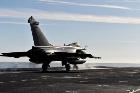 Pesawat Rafale yang juga buatan Prancis beraksi de deknya. Kapal Charles de Gaulle direnovasi dengan biaya 1,3 miliar euro atau di kisaran Rp 21 triliun. Reuters