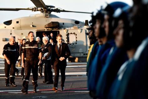 Presiden Prancis Emmanuel Macron pun melakukan peninjauan. Reuters 1