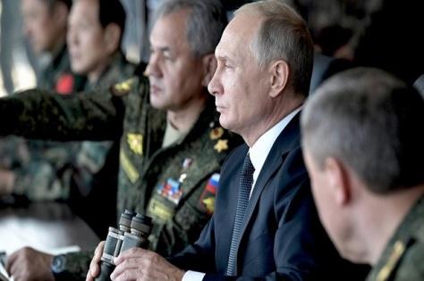 Presiden Rusia Vladimir Vladimorvich Putin saat memantau latihan perang Vostok 2018, September lalu. Sputnik