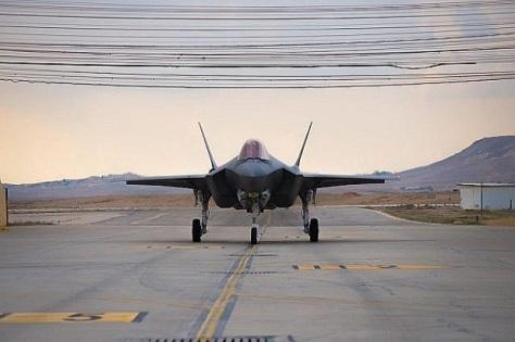 Satu dari dua pesawat jet tempur siluman F-35 buatan Lockheed Martin Amerika Serikat mendarat di Israel hari Minggu (25112018). IDF