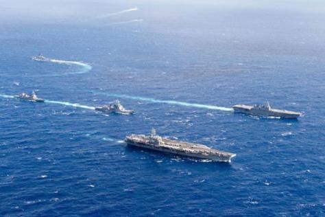 USS Ronald Reagan berada dalam formasi dengan kapal Pasukan Maritim Jepang selama Latihan Tahunan. (U.S. Navy)